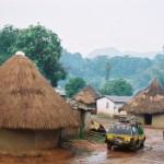 Taxi brousse en stationnement entre les allées du village de Bossou. Vincent Verroust