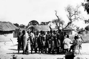 Les habitants d'un village font la queue pour se faire vacciner dans une consultation en plein air. Côte d'Ivoire, 1970. (source : Organisation Mondiale de la Santé)