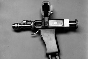 Le Ped-o-Jet, un pistolet de vaccination automatique. 1970 (source : Organisation Mondiale de la Santé)