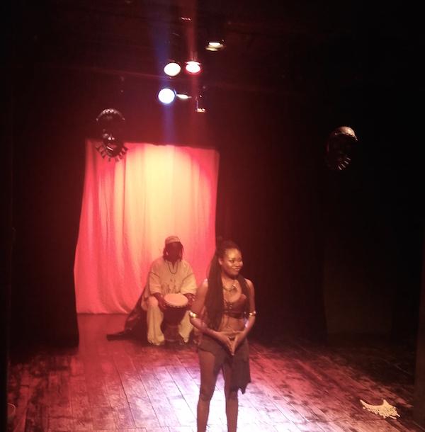 Roukiata Ouedraogo interprétant Yennaga, l'épopée des Mossis au Bouffon Théâtre