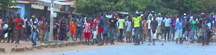 Le 29 mai les jeunes du quartier de Toumou à Kamsar se sont opposés violemment au transfert d'une patiente suspecte avec agression d'un Imam (photos Touré Demba)